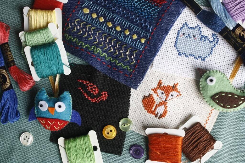 動物柄の刺繍やカラフルな糸